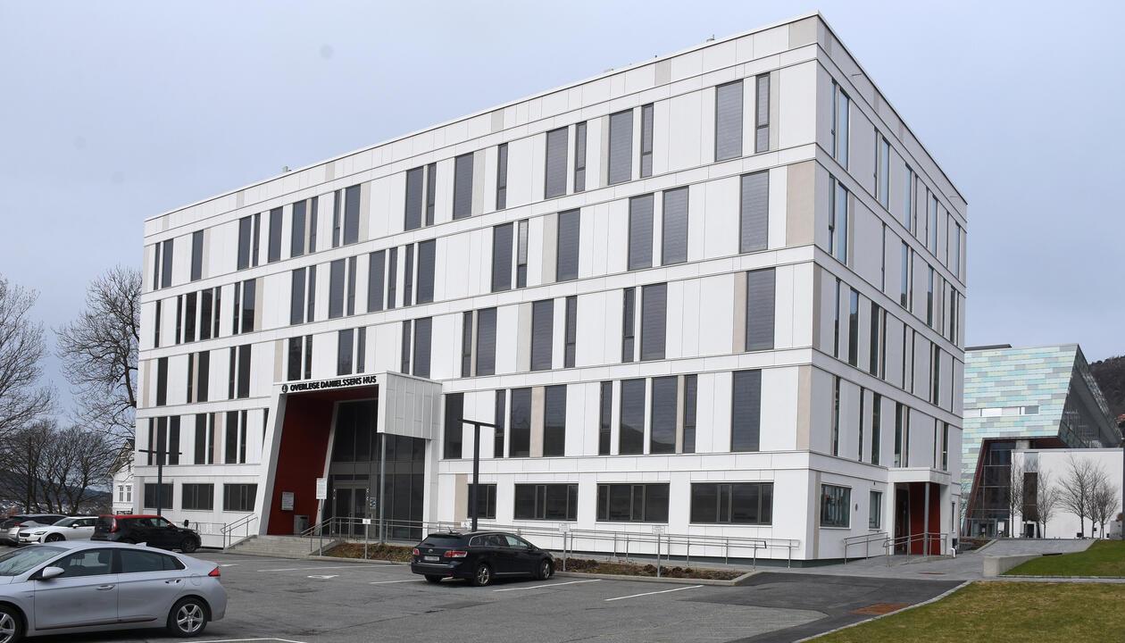 Utenfor Årstadveien 21, del av Alrek helseklynge. Hvit, 5 etasjes kontorbygning