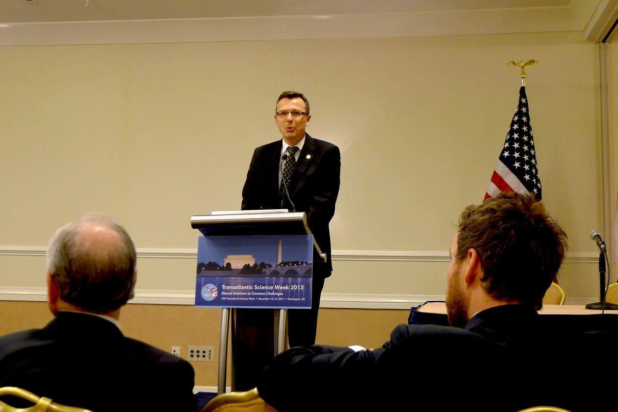 Rektor Dag Rune Olsen ved talerstolen