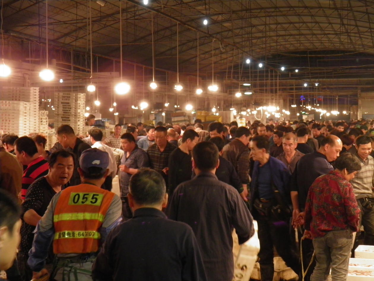 Crowd of people at the Cangnan fish market