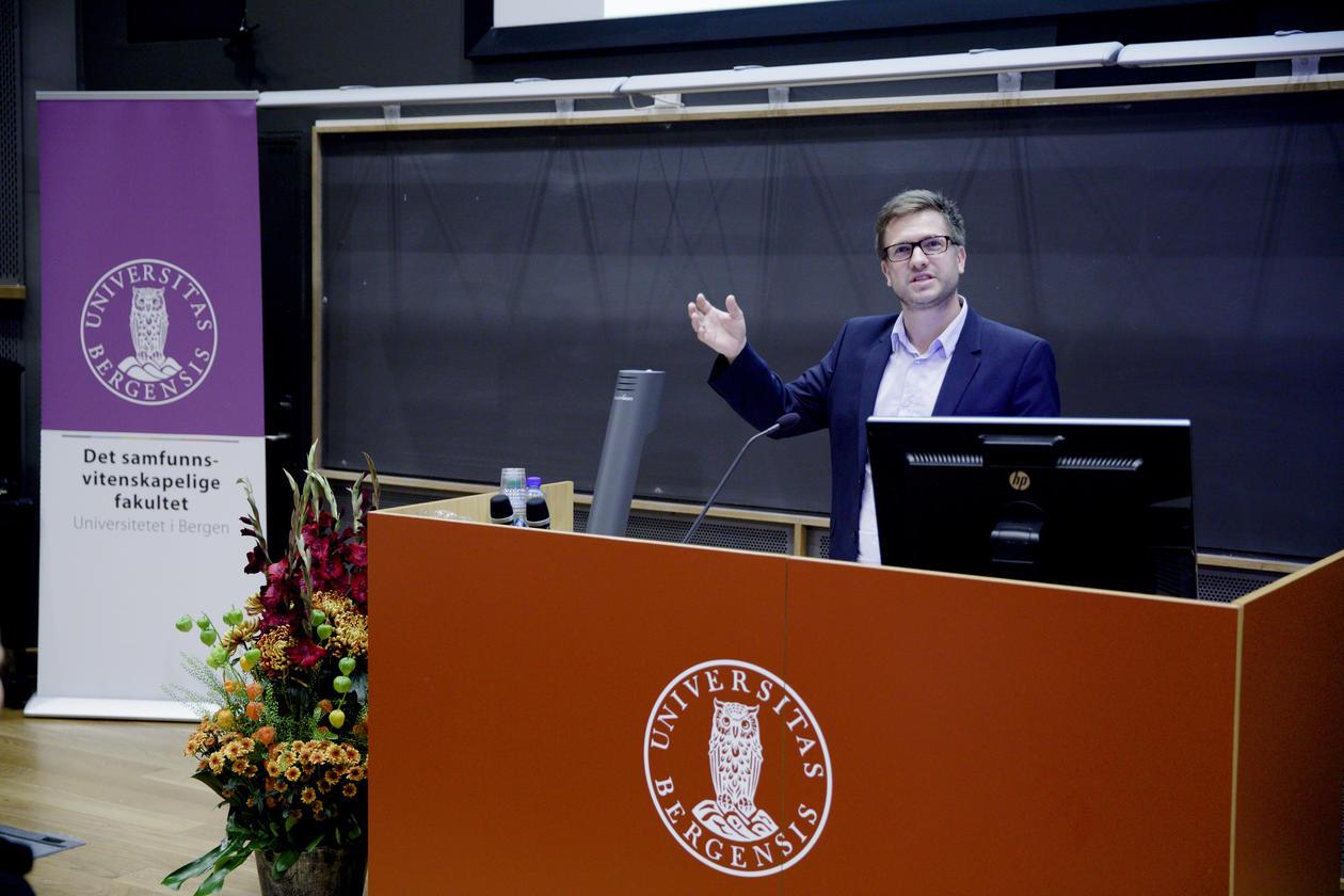 Hovudtalaren hadde sjølvsagt bachelorgrad i samanliknande politikk: Lars-Henrik Paarup Michelsen, dagleg leiar i Norsk klimastiftelse