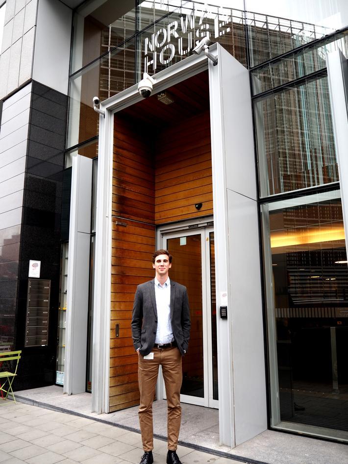 Kristian H. Torp utenfor kontoret i Norway House