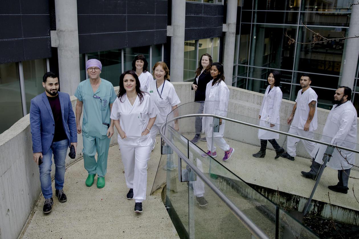 En gruppe sykehusarbeidere går opp en trapp