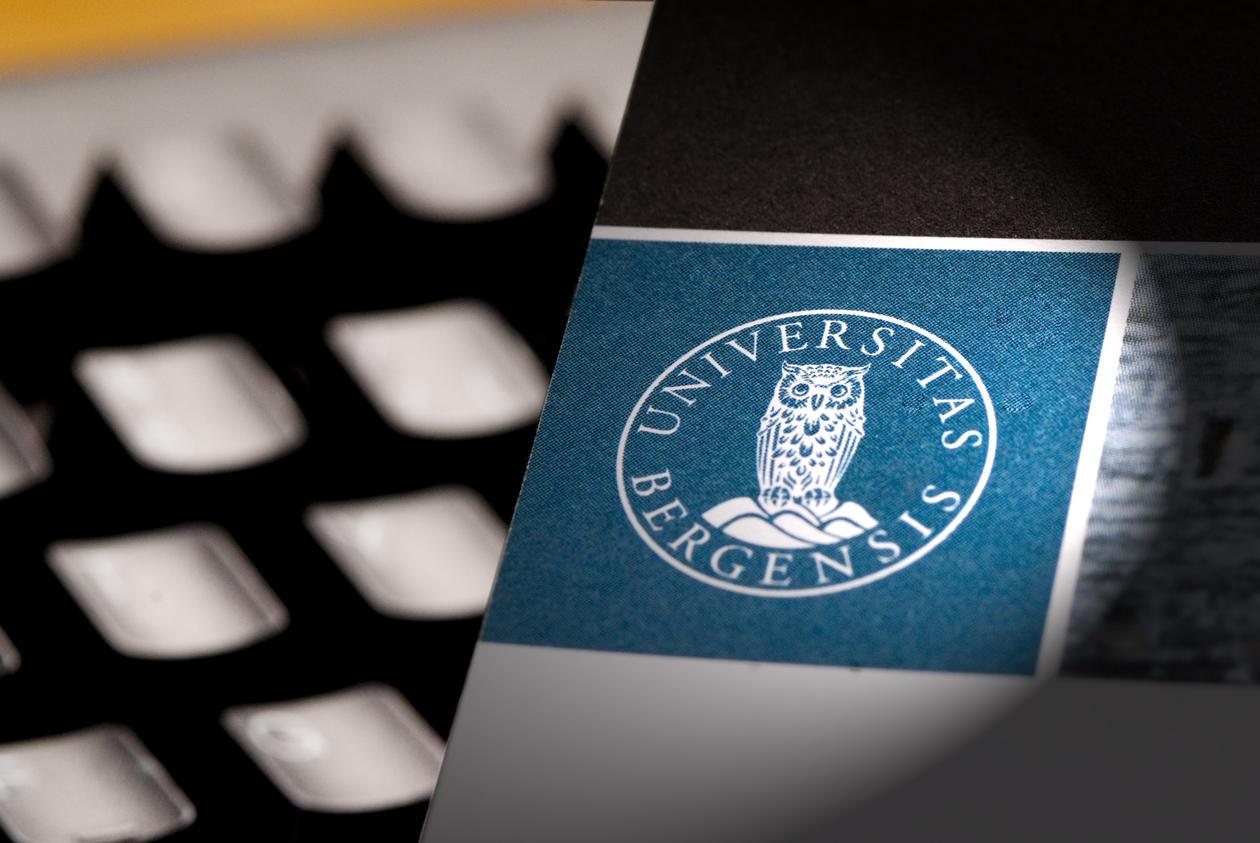 Tastatur og trykksak med UiB-logo