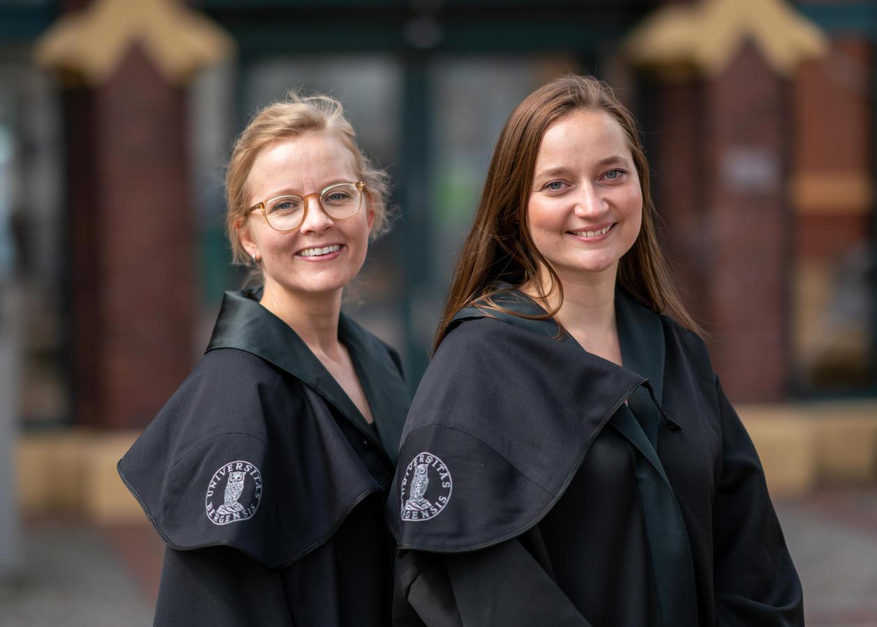 To nydisputerte doktorer i kapper foran Det juridiske fakultet