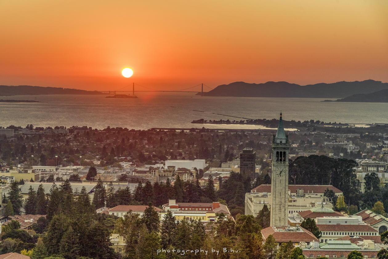 UC Berkeley campus sett ovenfra ved solnedgang, med utsikt mot havet