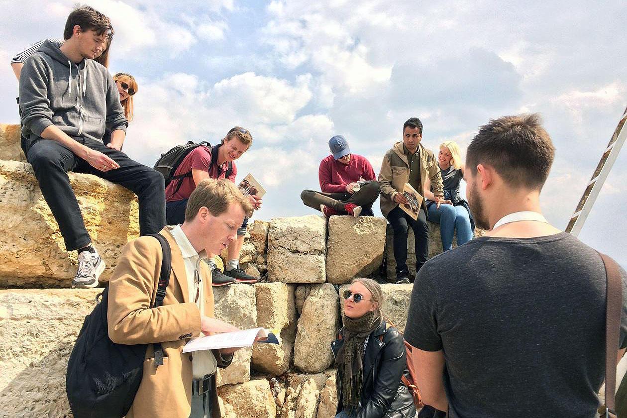 Studentar og lærar på Piraeus
