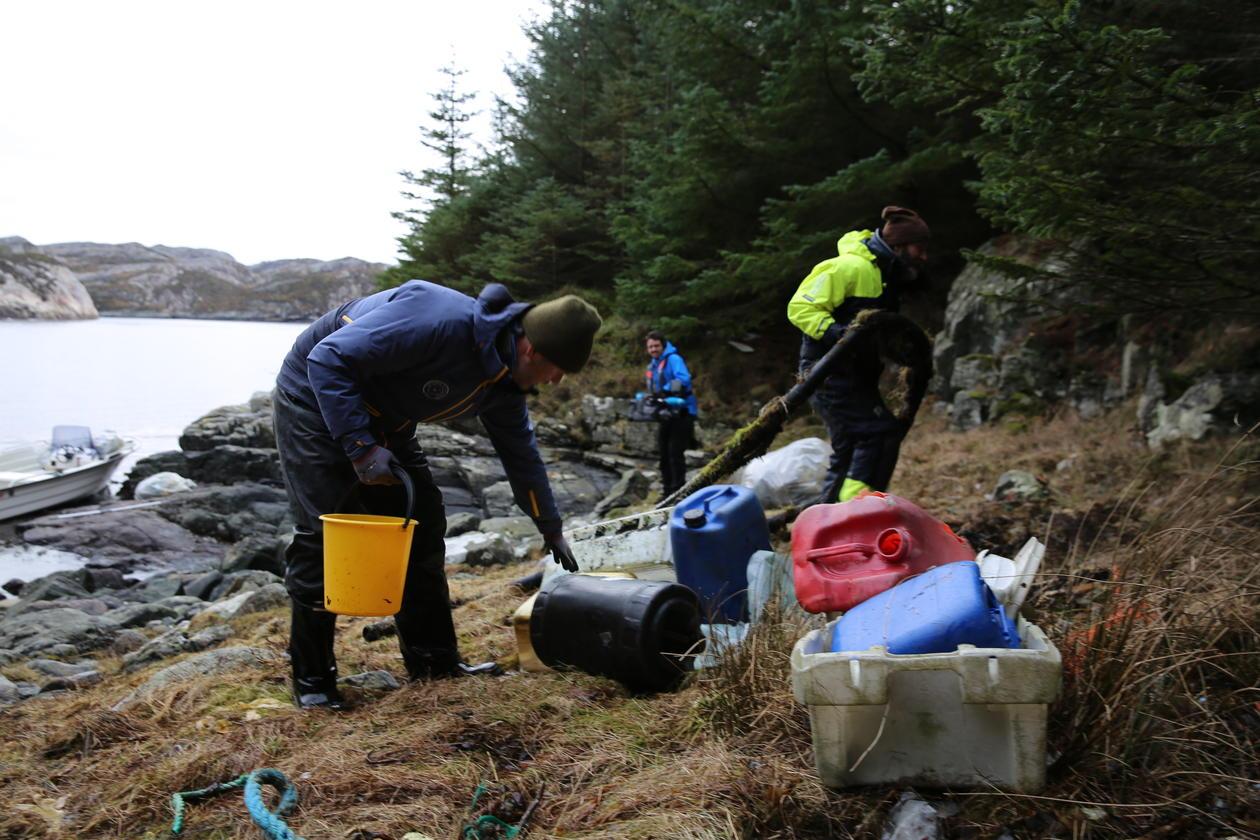 Plastrydding i strandsona