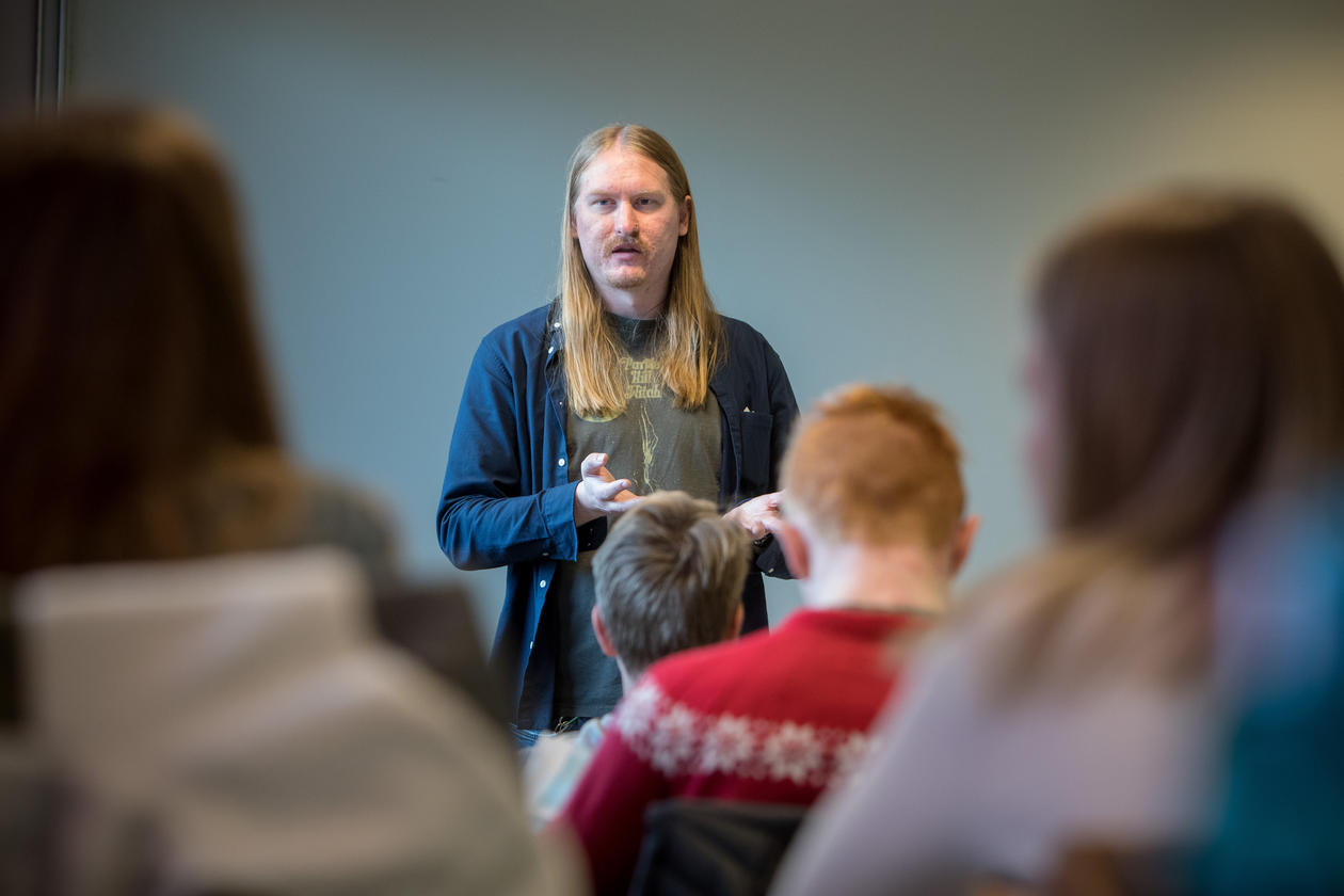 Stig underviser elever etter å ha tatt PPU praktisk pedagogisk utdanning på UiB