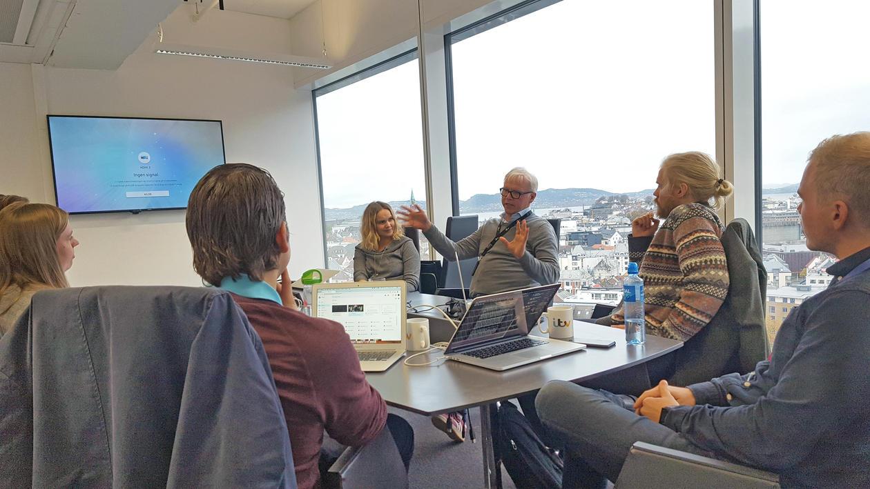 Eldar i ITV gir tilbakemeldinger til studentene