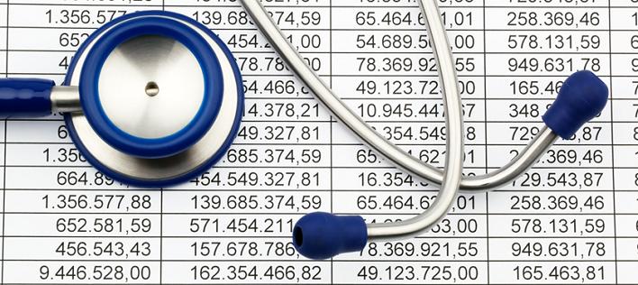 Bilde av stetoskop liggende oppå ark med kostnadsoversikter