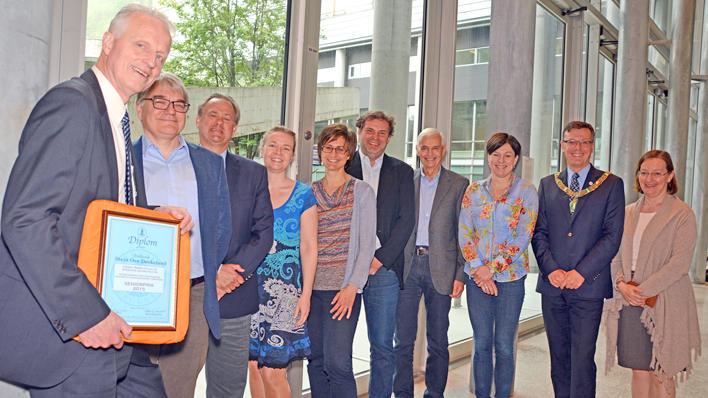 Vinnar av Falchs seniorpris samman med vinnarane for undervisnings- og forskingsprisane, rektor Dag Rune Olsen og dekan Nina Langeland