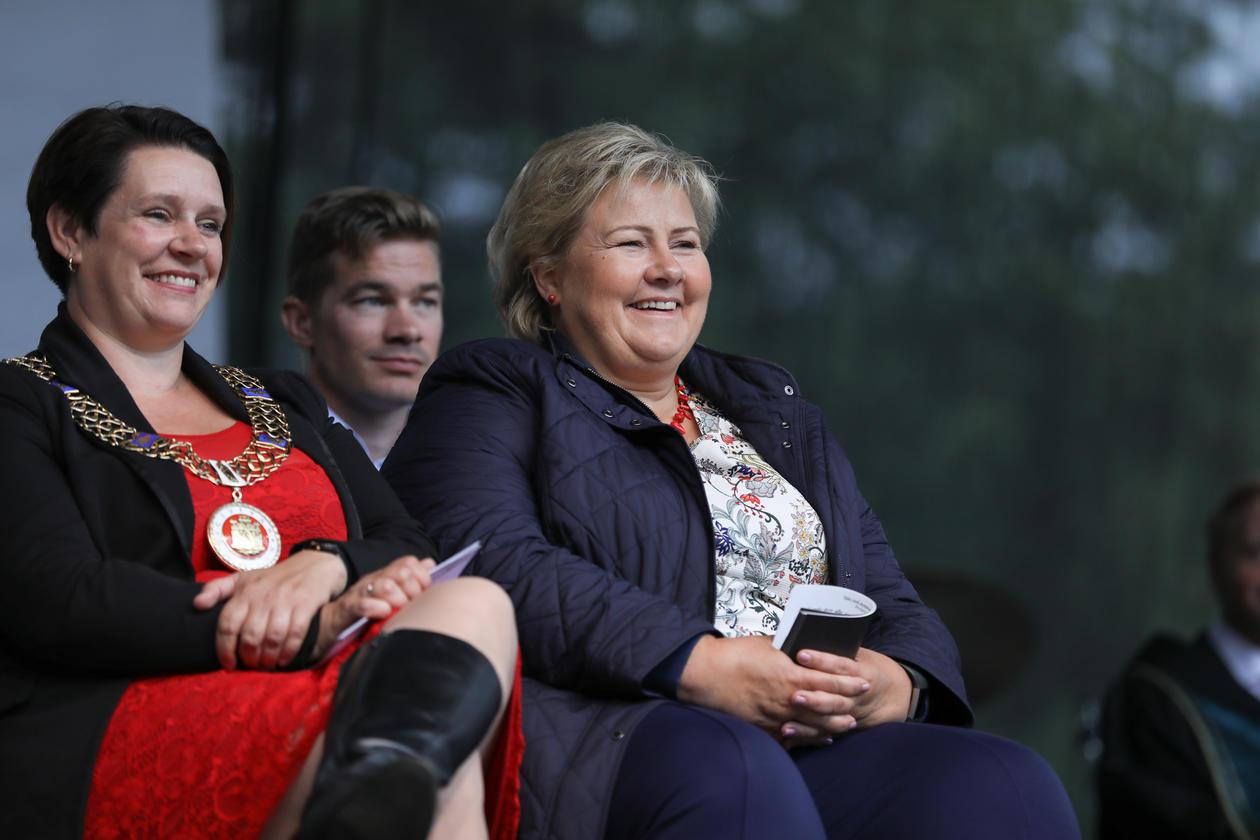 Ordfører Marte Mjøs Persen og statsminister Erna Solberg