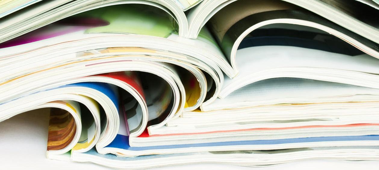 illustrasjon av en bunke tidsskrifter oppå hverandre