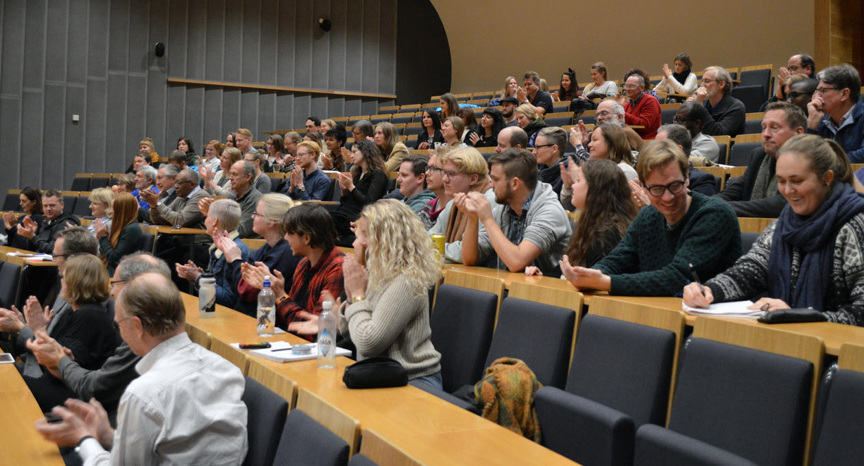 Salen full av studenter og tilhørere