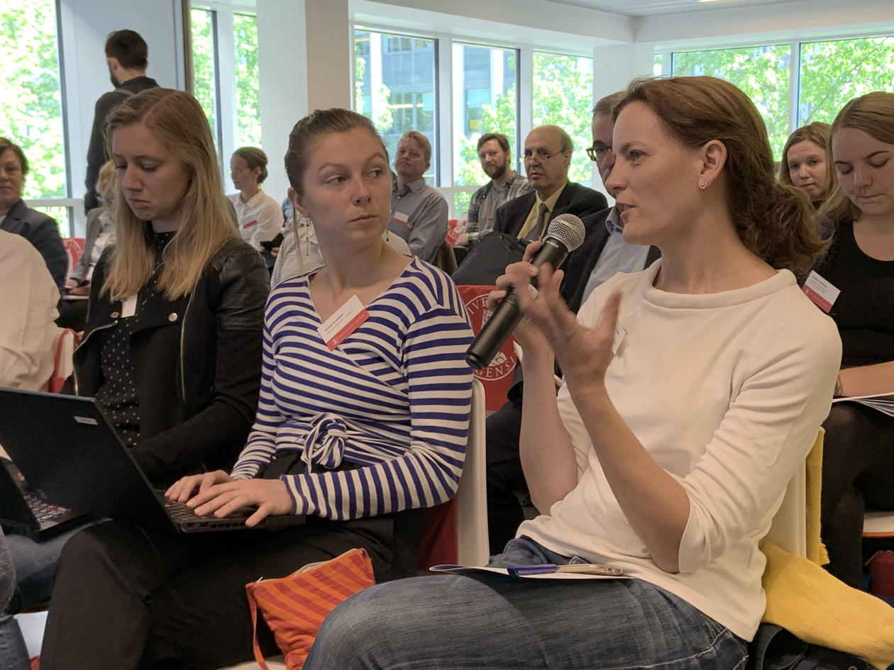 publikum diskuterer på demenskonferanse i Brussel.