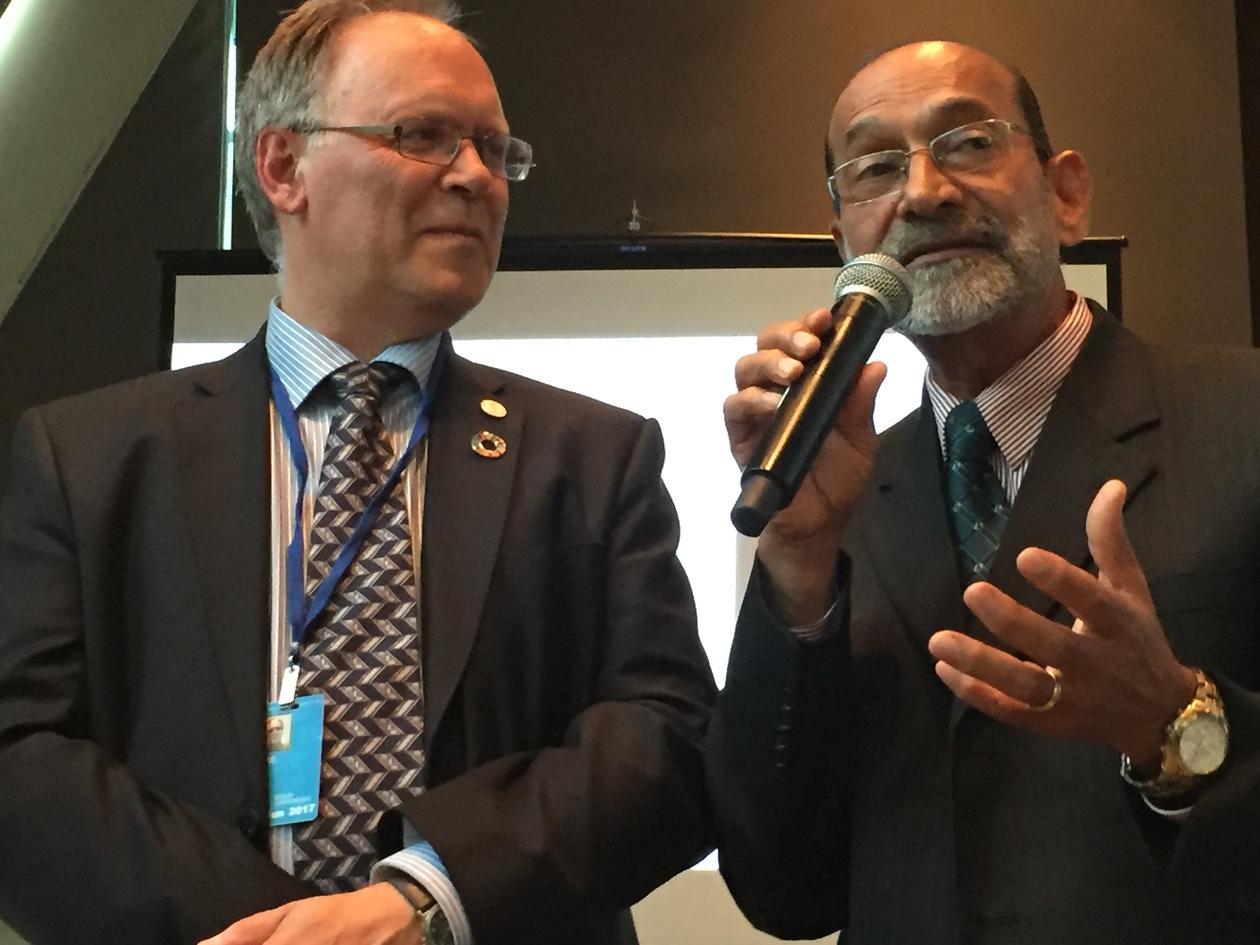 Jarl Giske fra Universitetet i Bergen (t.v.) og Rajesh Chandra fra University of the South Pacific lanserer et unikt marint professorat i Stillehavet under FNs havkonferanse i New York 7. juni 2017.