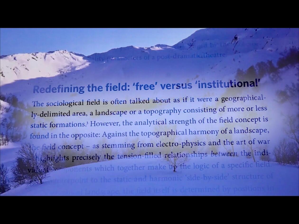 Engelsk tekst på bakgrunn av snøkledd fjell