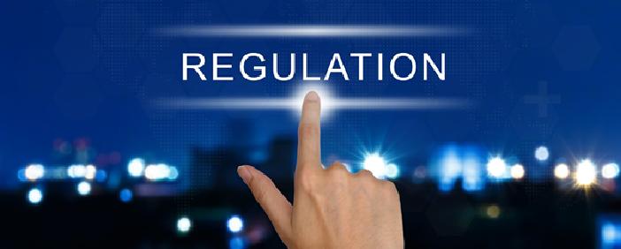 """Teksten """"regulation"""" og en hånd som trykker på """"skiltet"""""""