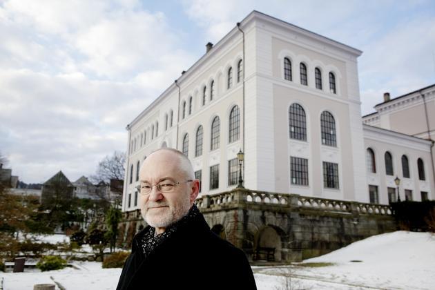 Rektor Sigmund Grønmo foran museets sydfløy, som skal huse den nye aulaen. Med den manglende bevilgningen i statsbudsjettet for 2013 vil prosjektet bli dyrere