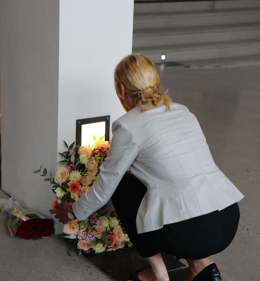 Rektor Margareth hagen legger ned krans ved Tore Eikelands minneplakett