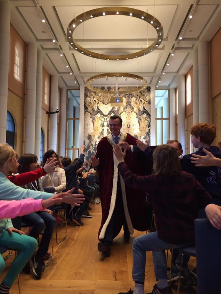 Rektor tar en high five med 5-klassingene på Berneuniversitetet i 2015