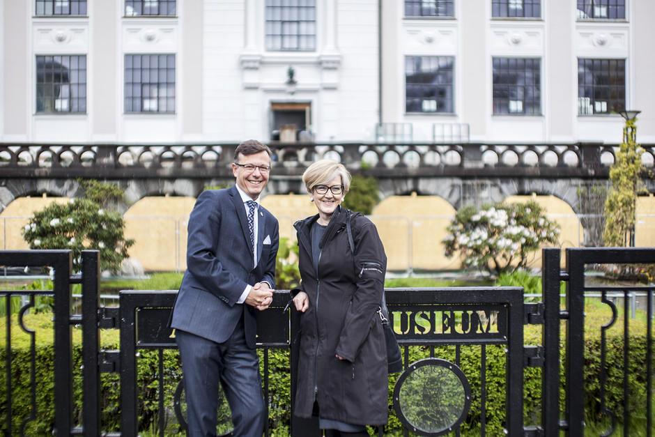 Rektor Dag Rune Olsen og prorektor Anne Lise Fimreite ved den nye porten inn til Universitetsaulaen.