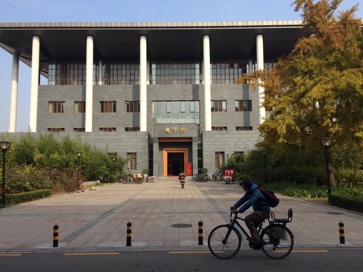 Syklist foran bygg