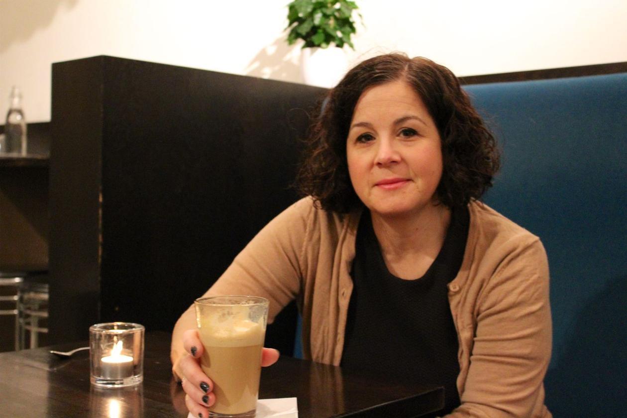 Bilde av hodejeger Hege Rødland på cafe.