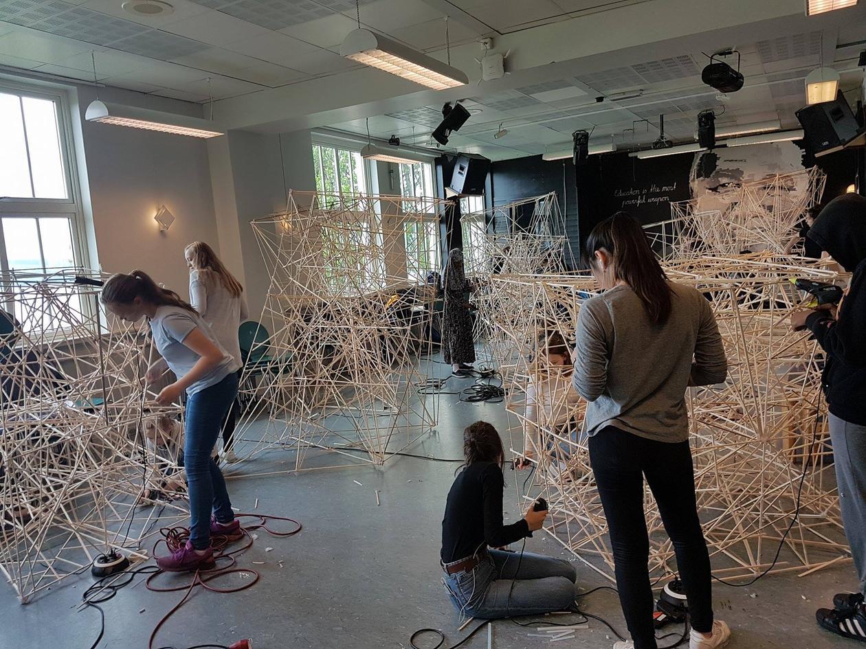 Elever i 8. klasse på Rothaugen skole bygger bro i samarbeid med Institutt for design ved UiB