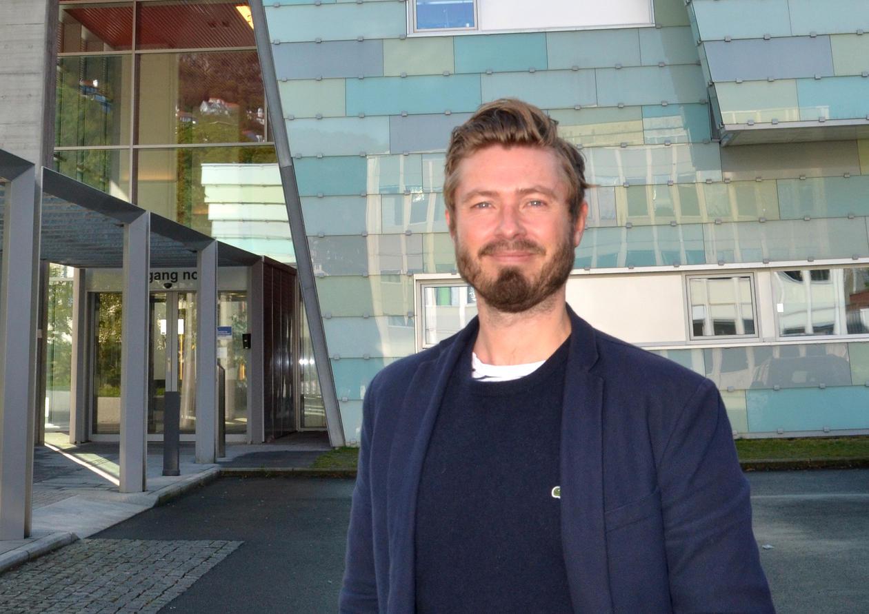 Bildet viser Christian Schriwer utenfor institutt for klinisk odontologi