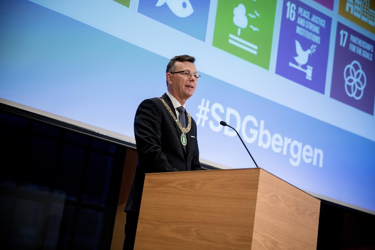 Rektor Dag Rune Olsen holder innlegg på den første Bærekraftskonferansen for universitets- og høyskolesektoren i Bergen i februar 2018.