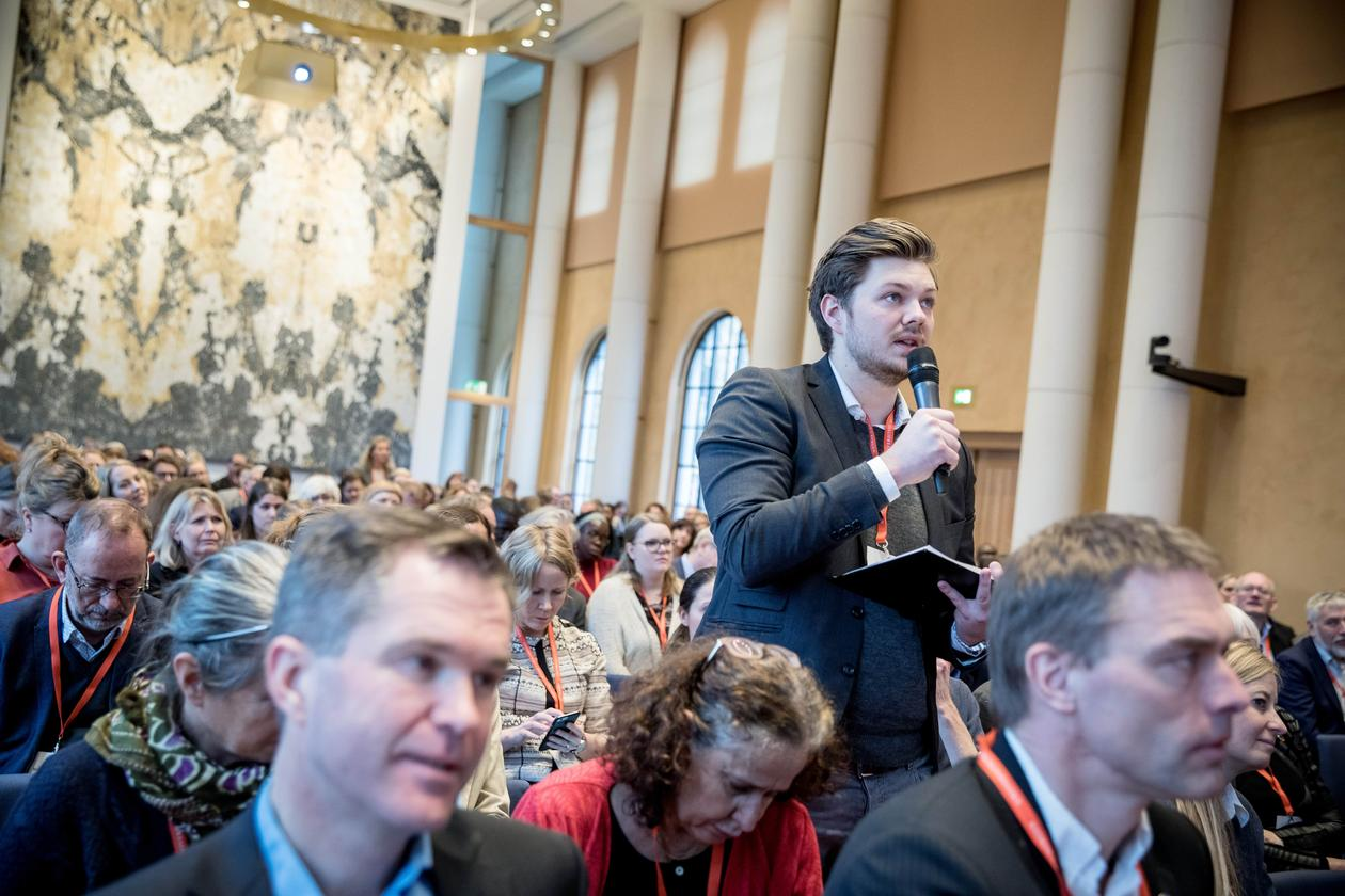 A student asks a question at the 2018 SDG Conference Bergen in the University Aula.