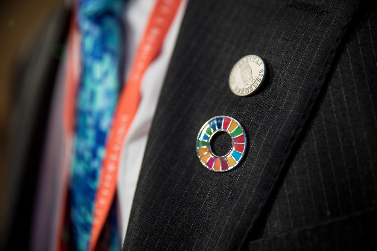 Close-up of SDG-pin and University of Bergen-pin on the suit jacket of one of the delegates at the inaugural SDG Conference Bergen in February 2018.