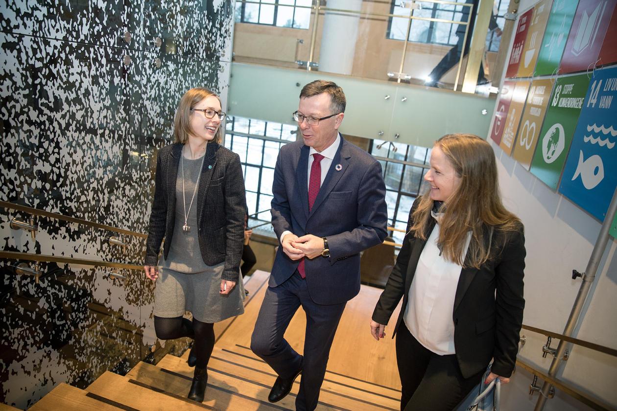 Minister for forsking og høgare utdanning Iselin Nybø i samtale med UiB-rektor Dag Rune Olsen