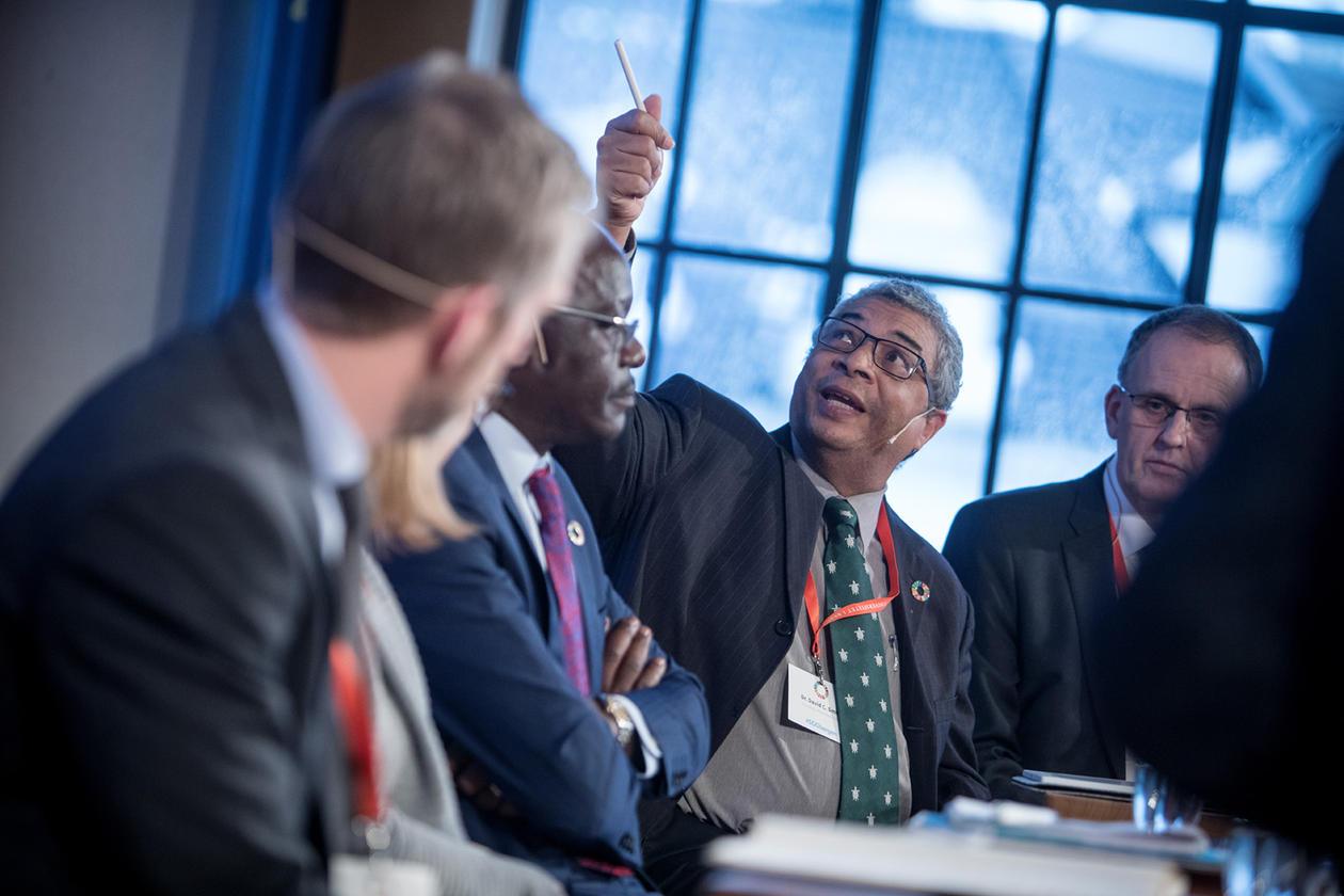 Dr. David C. Smith, koordinator ved Institute for Sustainable Development, University of the West Indies, i paneldebatt med andre engasjerte deltakarar.