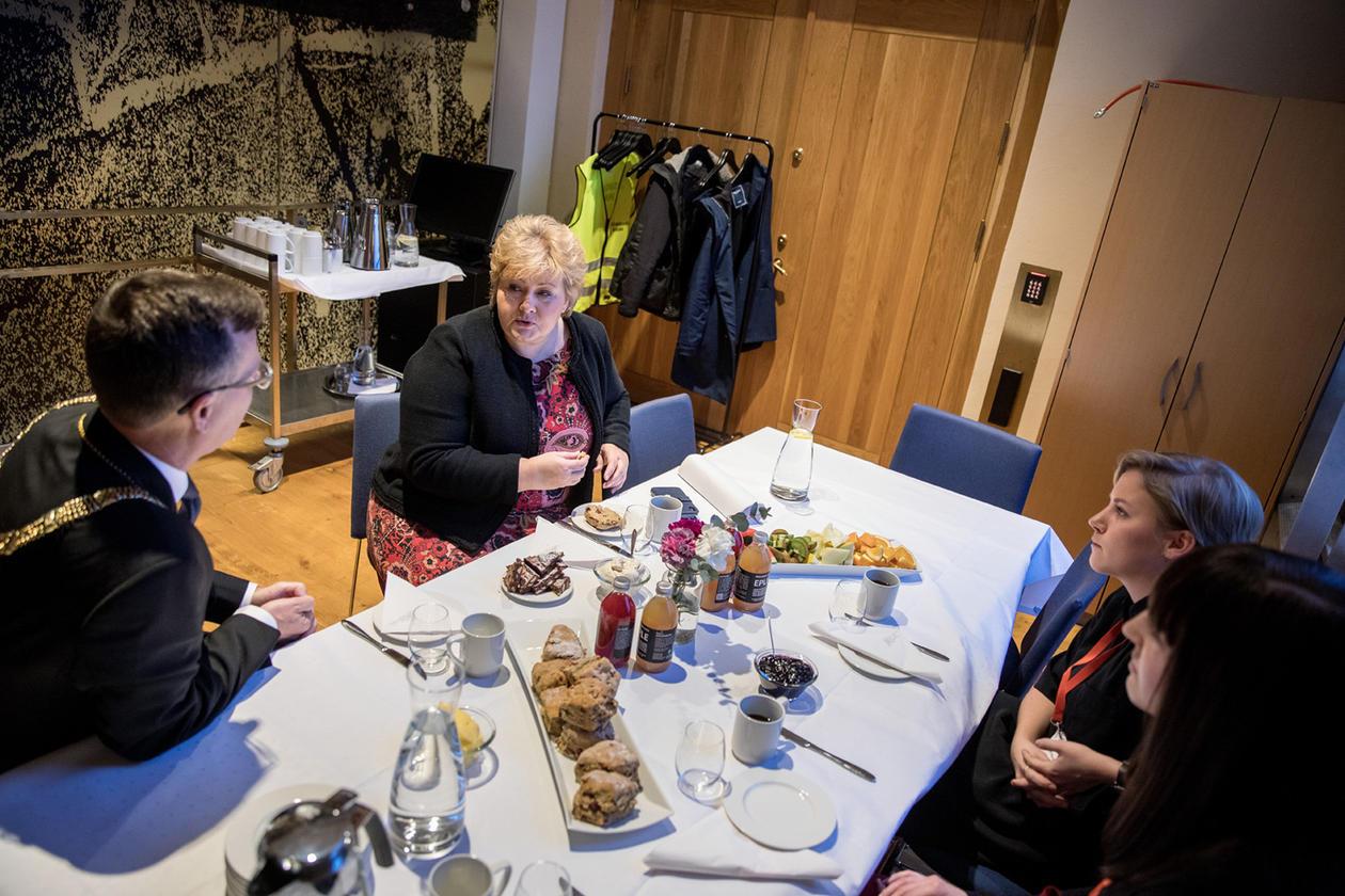Statsminister Erna Solberg møtte masterstudentane Anja Myrtveit og Johanne Vaagland, samt UiB-rektor Dag Rune Olsen etter opningstalen på Bærekraftskonferansen i Bergen