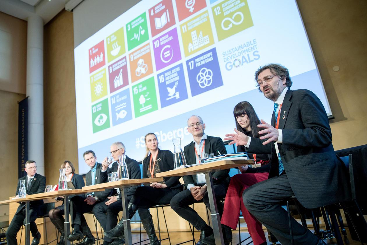 Det avsluttande panelet med UiB-rektor Dag Rune Olsen, Åse Gornitzka, John-Arne Røttingen, Jon Lomøy, Borghild Tønnessen-Krokan, Kai Grieg, Johanne Vaagland og moderator Edvard Hviding.