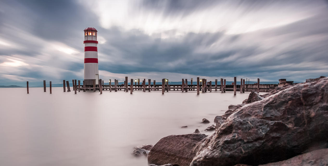 bilde av hav og fyrtårn