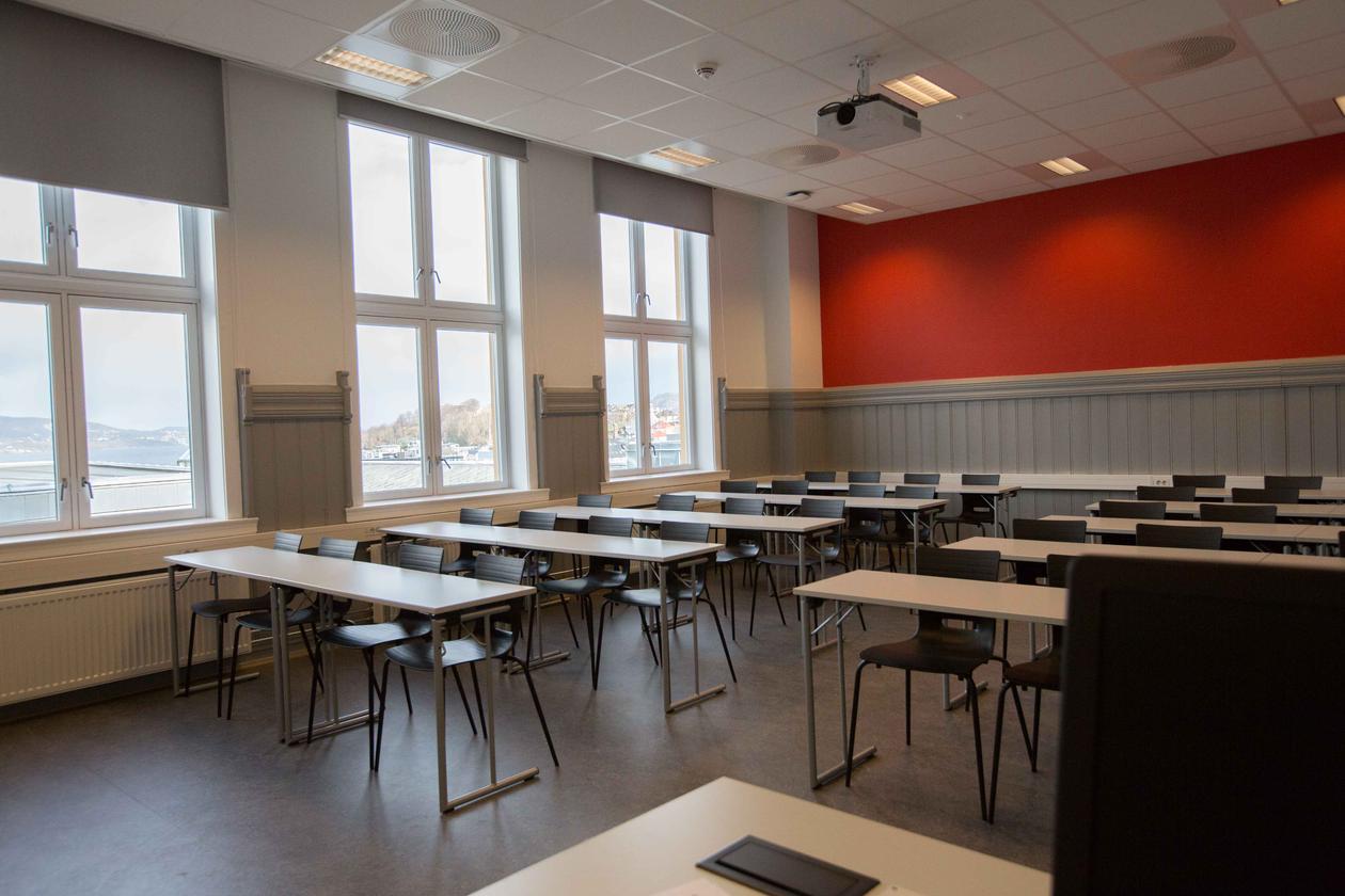 Seminarrom med rød vegg