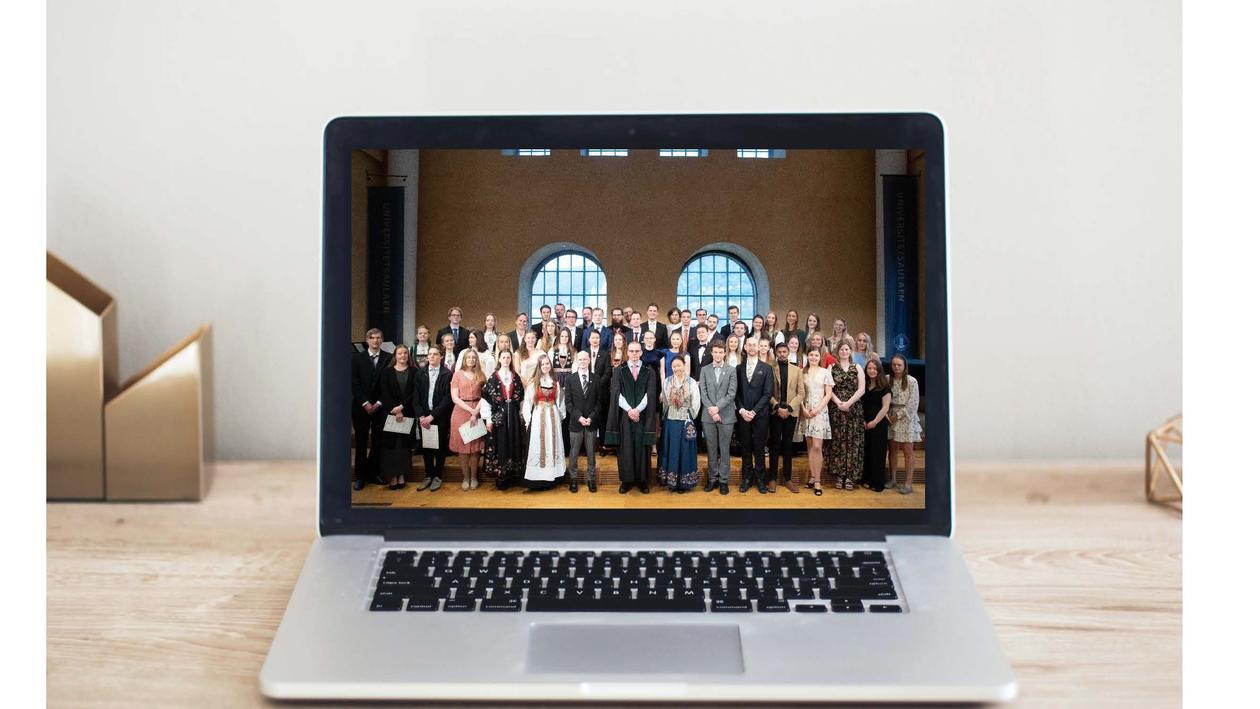 Bilde av kandidater fra vitnemålsseremonien 2019 på en pc-skjerm.