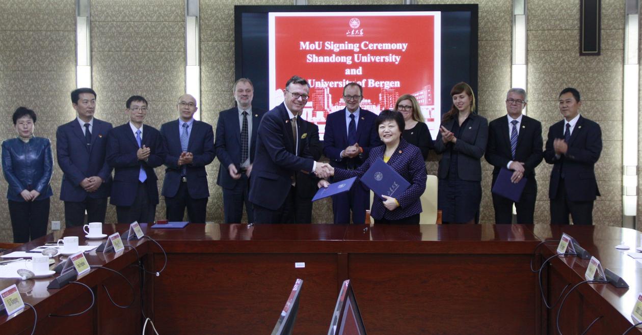 Lederne ved Shandong University i Kina og Universitetet i Bergen undertegner en ny samarbeidsavtale om forskning og utdanning.