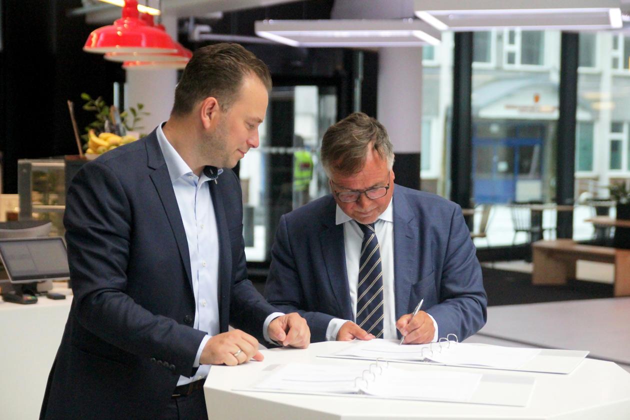 Universitetsdirektør Kjell Bernstrøm signerte MCB-kontrakten for UiB.