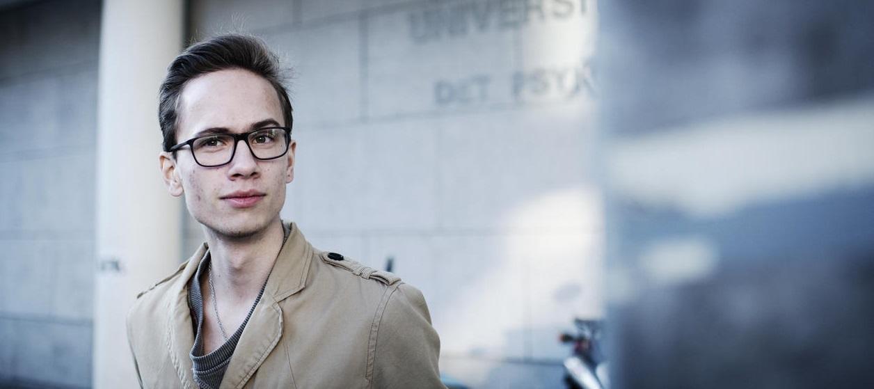 Mannlig student med briller