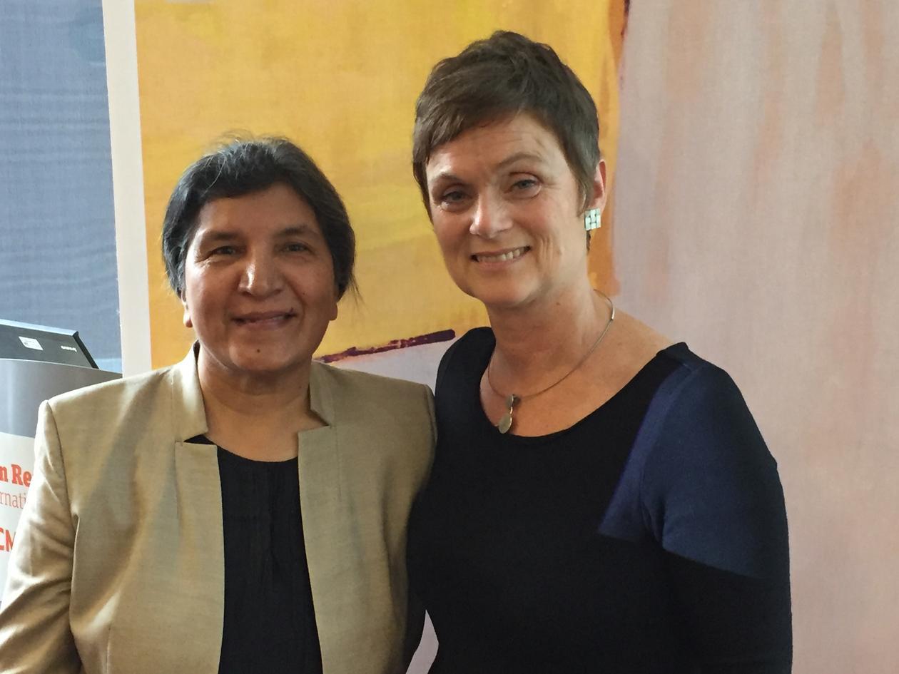 UiB-forsker Siri Gloppen (t.h.) samler for fjerde gang forskere på tvers av disipliner til Bergen Exchanges-konferansen. Her sammen med Rashida Manjoo, fra University of Cape Town, som holdt konferansens første foredrag.