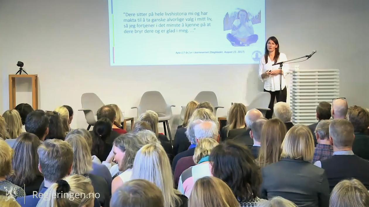 Marit Skivenes holder foredrag under seminar om norsk barnevern i Oslo.