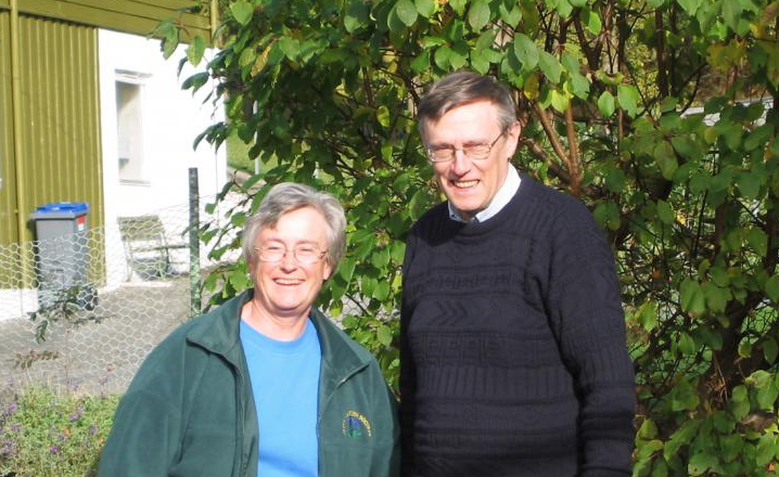 John og Hilary Birks in their garden in Bergen in 2002.