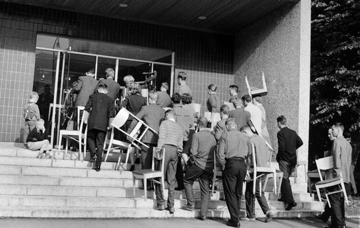 Studenter inntar Universitetsbiblioteket