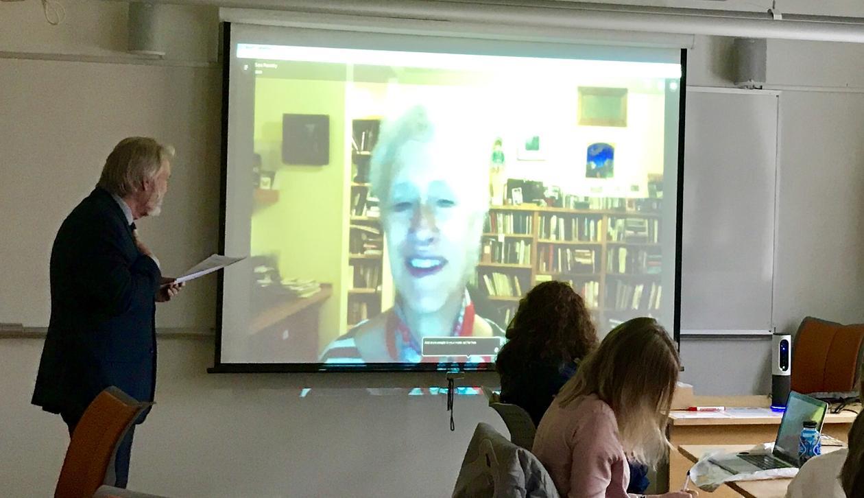 Bilde av skype forelesning med forfatter Sara Paretsky