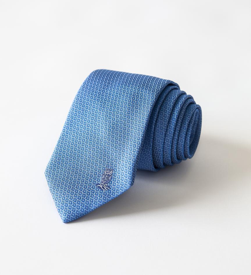 blått slips med UiB uglen brodert på