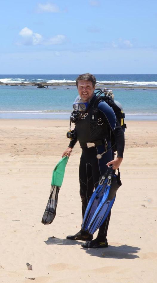 Manuel Malaquias i dykkerutstyr på stranden i Mosambik